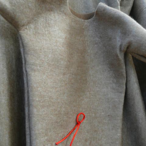 FEMME-CHÊNE - Feltro e cordoncino rosso, circa 280x100 cm appesi a grucce