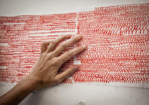 Between - Inchiostro rosso su fogli di carta da lucido | Allestimento in situ | Dimensioni variabili | Ph. Michaël Serfaty