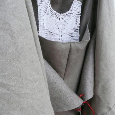 ENFANT TROUVÉ/TROVATELLO, 2015 - Abito di cotone lavorato all'uncinetto, feltro, lino, cordoncino rosso, circa 130x100cm, appeso in un angolo
