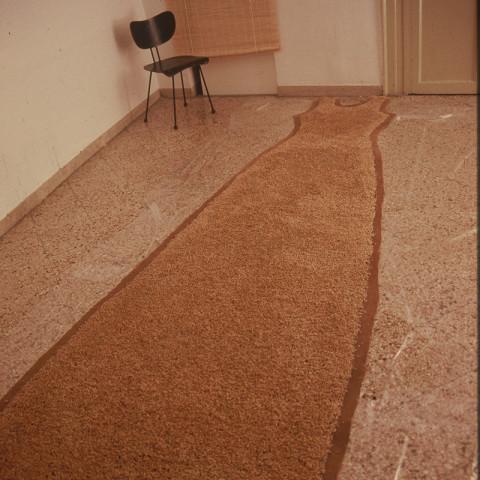 Au pays des hommes-fleuve - Un abito colore di campo, 1999 | Semi di grano germogliato, gommapiuma, acqua (150x250 cm)