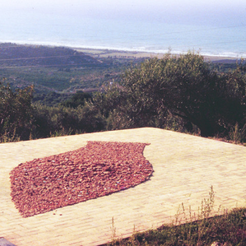 Au pays des hommes-fleuve - Anfora, 1996 | Cocci di terracotta raccolti sul lungomare (150x400 cm circa)