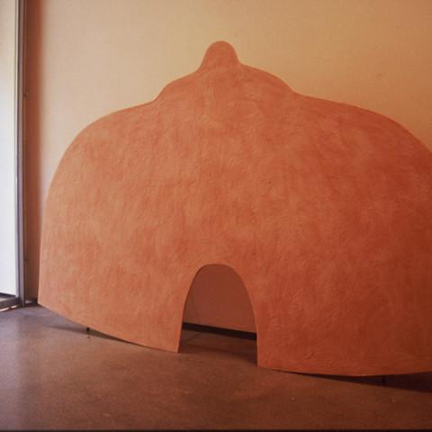 Au pays des hommes-fleuve - Le mie capanne | Sagome di legno compensato, cera colorata, cavalletti di ferro (dimensioni variabili).