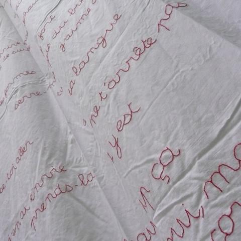 Au pays des hommes-fleuve - Lenzuolo ricamato col filo di cotone rosso (180x300 cm).