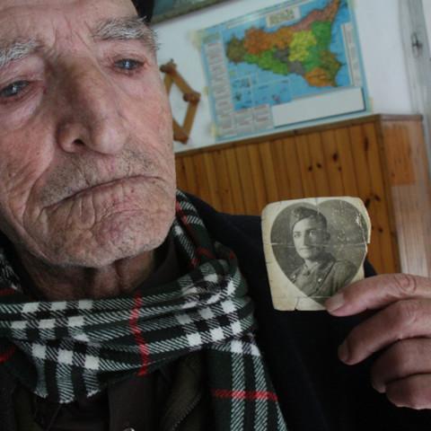 Cortile/Curtigghiu - Colloquio con gli anziani (Ph. Gero Viccica).