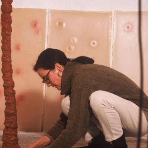 À mon seul desir - Beaux efforts, 1996. Cera d'ape colorata, fusto di ferro (circa 160x15 cm).