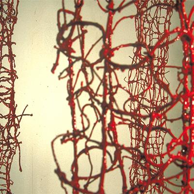 À mon seul desir - Tendres liens, 1995. Ficelle nouée, cire et résine, crochets en fer (dimensions variables). Ph. Mathias-Gumprich.