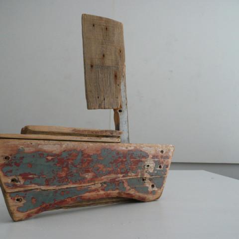 Isola/Esodo/Esilio | Esodo, 2011. Barche costruite con legnetti erosi dal mare. Installazione in situ.