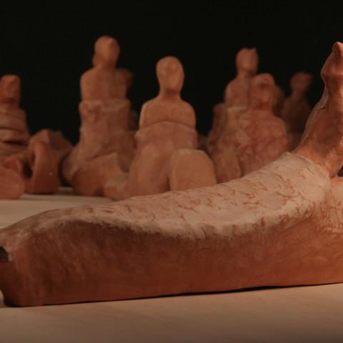 Isola/Esodo/Esilio | Traversée, 2008. 90 sculture di terracotta, su base legno (20x170x460cm). Ph. Alessandro Di Giugno