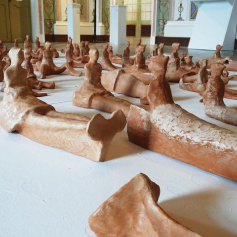 Isola/Esodo/Esilio | Traversée, 2008. 90 sculture di terracotta, su base legno (20x170x460cm).