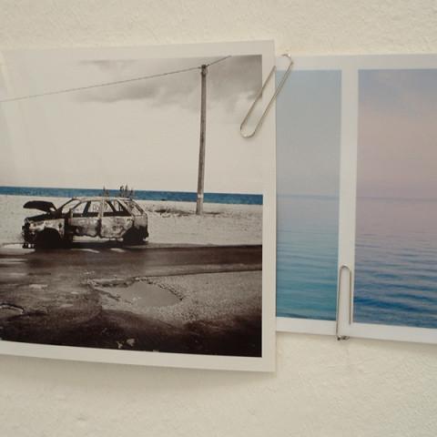 Quoi de nouveau sous le soleil? - Lungomare, 2008 | Installazione fotografica in situ. Strisce fotografiche da 20x300 cm, altre foto da 20x30cm e graffette (dimensioni variabili).