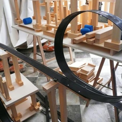Quoi de nouveau sous le soleil? - Mobile City 2, 2008 - Elementi di legno grezzo o dipinto, moduli Lego, dischi d'alluminio verniciato. Installazione in situ su tavoli montati su cavalletti. 2 tavoli da 1x3 m.