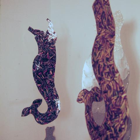 Sirene - Sirene, 2000. Sagome di lamiera appese, bottoni di madreperla e plastica, ritagli di fotografie (dimensioni variabili).
