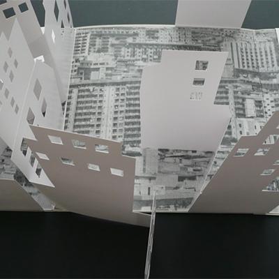 Archivio città, 2010. 6 libri-cofanetti (Villinomania, Homo Villinus, Lungomare, Proprietà pirata, Mobile City, Villaggio-vacanza). Con elementi pop-up e fascicoli stampati digitalmente (3x42x42 cm). 3 esemplari.