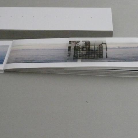 Lungomare, 2008. Stampa digitale a colori su carta fotografica plastificata e stampa su acetato. Apertura a fisarmonica. In cofanetto di cartoncino grezzo e scatola d'alluminio (3x14x44 cm). Agosto 2008: stampa di 6 es.