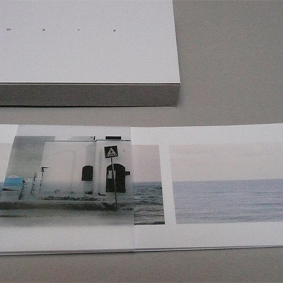 Lungomare, 2008. Stampa digitale a colori su carta fotografica plasticata e stampa su acetate. Apertura a fisarmonica. In cofanetto di cartoncino grezzo e scatola d'alluminio (3x14x44 cm). Agosto 2008: stampa di 6 es.