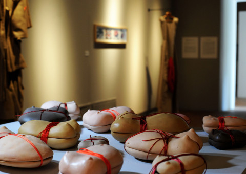 Le Segrete, 2016 Busti di terracotta dipinta con acrilico, a due parti legate con cordoncino di raso rosso Dimensioni variabili. Foto Francesca Renda